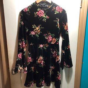 Dresses & Skirts - Floral long sleeve velvet dress